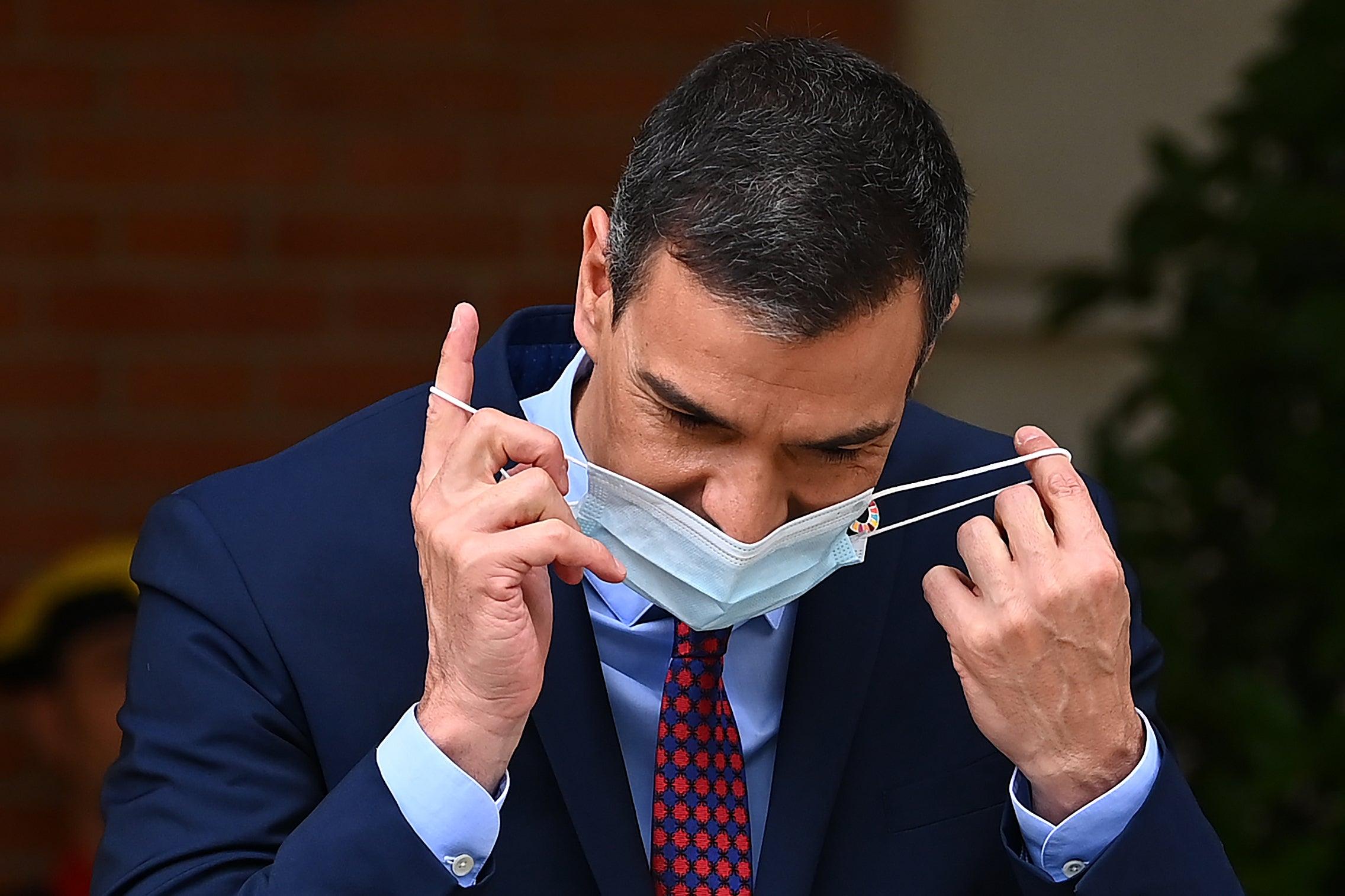 """Las preguntas de Amón: """"Sánchez anuncia el fin de las mascarillas, pero ¿cuándo se quitará él la máscara?"""