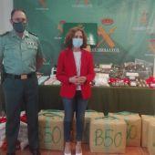 El teniente coronel de la Guardia Civil y la subdelegada del Gobierno junto al material aprehendido a los detenidos