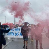 Instantes de la manifestación celebrada hoy en Puerto Real hacia Cádiz