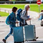 Turistas llegan al aeropuerto de Son San Joan de Palma, en Mallorca.