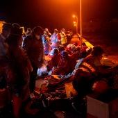 Personal sanitario atiende a las personas que llegaron en patera a Lanzarote.