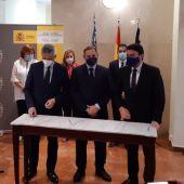 José Luis Ábalos, en el centro, con Luis Barcala, a la derecha