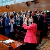 Isabel Díaz Ayuso recibe los aplausos de los diputados del PP tras ser investida.