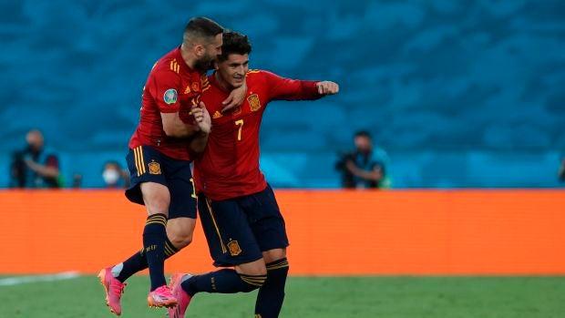 Morata y Jordi Alba celebran el gol con la selección española.