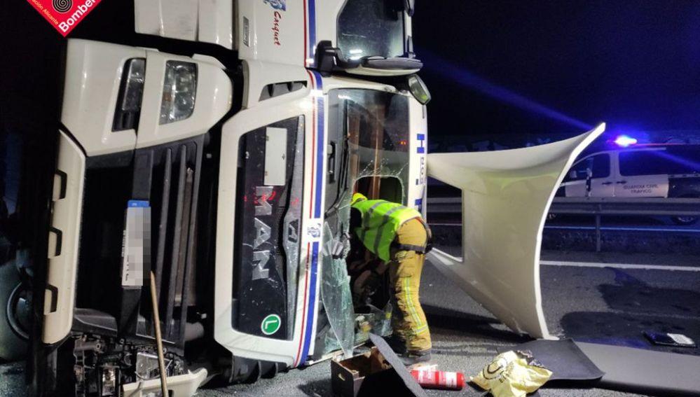 Bomberos en la cabina del camión accidentado en la A7 en Crevillent.