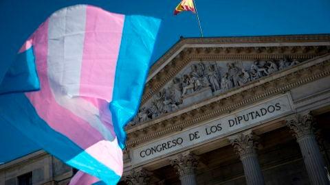 Una bandera ondea ante el Congreso de los Diputados.