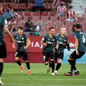 Los futbolistas del Rayo Vallecano festejan un gol del equipo madrileño.