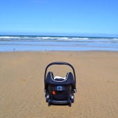 Sillita de bebé en la playa