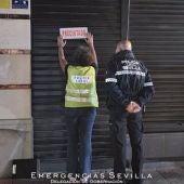 Agentes de la Policía Local precintan un bar en Sevilla durante este fin de semana