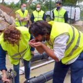El alcalde prueba el agua durante la inauguración