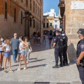 Policía Local vigilando las calles de Ciutadella.
