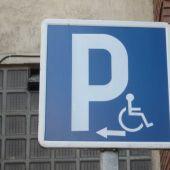 Señala de estacionamiento reservados a vehículos adaptados.