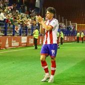 Armando Corbalán devolviendo los aplausos a la afición del Algeciras CF