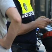 Un agente de la Policía Local impone una multa