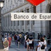 Largas colas en el Banco de España durante el último día para cambiar las pesetas por euros