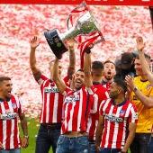 Jugadores del Atlético levantan el trofeo de LaLiga 2020/2021.