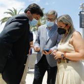 Responsables municipales y de Aguas de Alicante en la presentación de 'Ion Beach' en la Albufereta