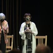 Julieta Serrano con el Premio Corral de Comedias es aplaudida por Nuria Espert