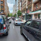 Atasco en la avenida de la Costa en Gijón