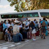 Estudiantes esperando viaje de regreso