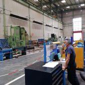 Un trabajador en la Fábrica de Armas de Trubia