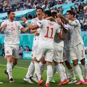 Los jugadores españoles celebran tras marcar el 0-1 durante el partido de cuartos de final ante Suiza