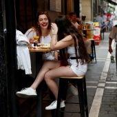 Dos jóvenes consumen en una terraza de Pamplona