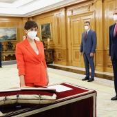 Isabel Rodríguez en el momento de prometer su cargo ante el Rey