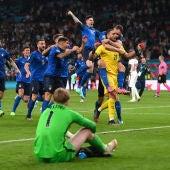 Los jugadores de Italia celebran en la tanda de penaltis contra Inglaterra