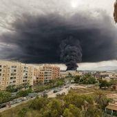 La columna de humo procedente del incendio de la fábrica de cauchos, seguirá siendo visible en las próximas horas