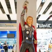 El mundo de los superhéroes llega a Larios Centro en una exposición compuesta por figuras a tamaño real y réplicas