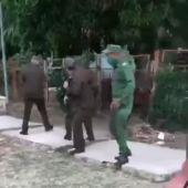 Captan a militares cubanos disparando a la población civil desarmada