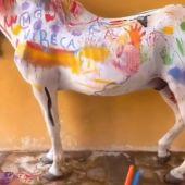 Indignación entre los animalistas por una 'actividad infantil' donde los niños pintan caballos reales