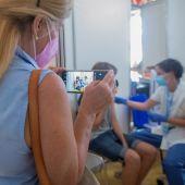 Una mujer espera su turno para ser vacunada en un centro de vacunación de la provincia de Barcelona