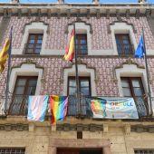Bandera arcoíris colgada en el Ayuntamiento de Crevillent.