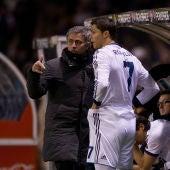 Mourinho da instrucciones a Cristiano Ronaldo en un partido con el Real Madrid.