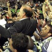 Los jugadores del Real Madrid mantean a Vicente del Bosque en su etapa como entrenador blanco.