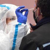 España supera el riesgo extremo en quince comunidades y la incidencia en jóvenes sigue disparada