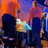 Sanitarios del SUMMA atienden al joven apuñalado en Madrid.