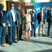 La presidenta del Govern (c), Francina Armengol, junto a directivos de Uep!Fly y del aeropuerto de Palma, y de representantes de los consells de Mallorca e Ibiza en el primer día de operaciones de la nueva compañía de vuelos interislas. -