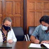 Firma del convenio en el Consistorio llanisco