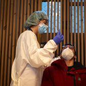 Sanitarios realizan test de antígenos.