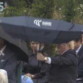 """Boris Johnson se pelea con su paraguas y revoluciona las redes: """"No sé si he visto un sketch de Mr. Bean"""""""