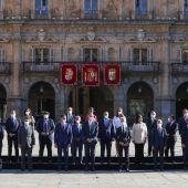 El rey Felipe junto con el presidente del Gobierno, Pedro Sánchez posan para la foto de familia de la XXIV Conferencia de Presidentes