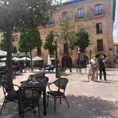 Imagen de terrazas y mascarillas en Oviedo