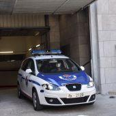 Un coche patrulla de la Ertzaintza abandona este viernes los juzgados de Durango (Bizkaia)