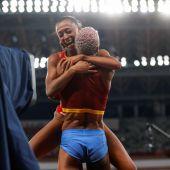 El íntimo abrazo de Yulimar Rojas y Ana Peleteiro: dos amigas de oro y bronce