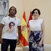 Isabel Díaz Ayuso y el cantante Yotuel
