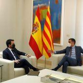 El presidente del Gobierno, Pedro Sánchez conversa con el presidente de la Generalitat, Pere Aragonès, durante un encuentro en el Palacio de la Moncloa.