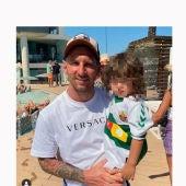 Fotografía difundida por Christian Bragarnik de su hijo con una camiseta del Elche CF en brazos de Leo Messi.